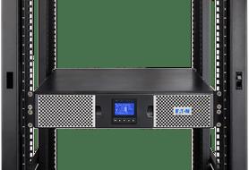 Onduleur Eaton 9PX 3000 IEC en position horizontale dans un rack 19 pouces